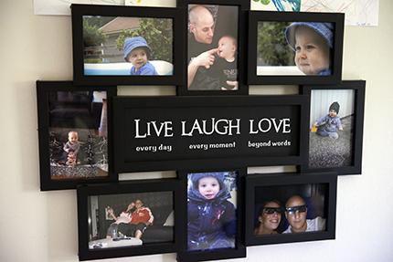 Joel finns närvarande på bilder i familjens hem.