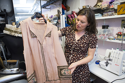 Den här broderade sidenklänningen bar Lotta Lundgren i 20-talsprogrammet. Men alla hål gick inte att laga, så Lotta fick bära kofta över den.