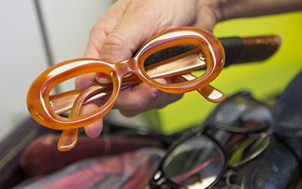 De här kraftiga glasögonbågarna bar Lotta Lundgren i avsnittet om 70-talet.