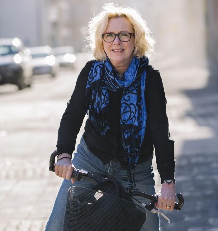 Äntligen kan Lena Bergkvist cykla till jobbet utan att ha värk i knät!