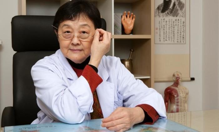 Lin Huan Yin visar hur hon med hjälp av akupunkturnålar behandlade sig själv efter sin stroke.