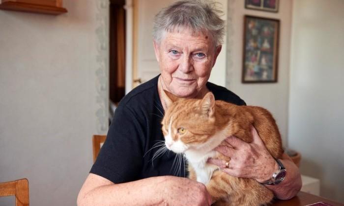 Inger Svensson njuter åter av livet – i sällskap med katten Sammie.