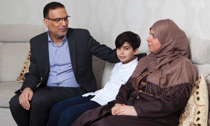Yngste sonen Hussein och hustrun Sohad gläds åt att Majid kan leva ett mer vanligt liv hemma i villan i Helsingborg.