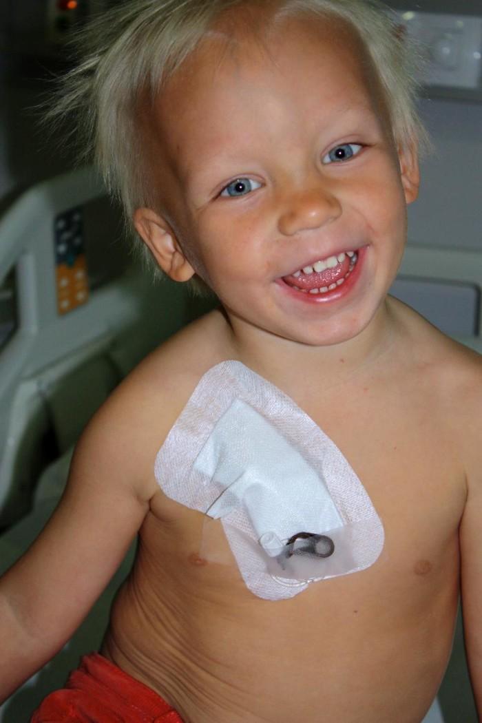 Adrian får nytt blod var tredje vecka för att överleva