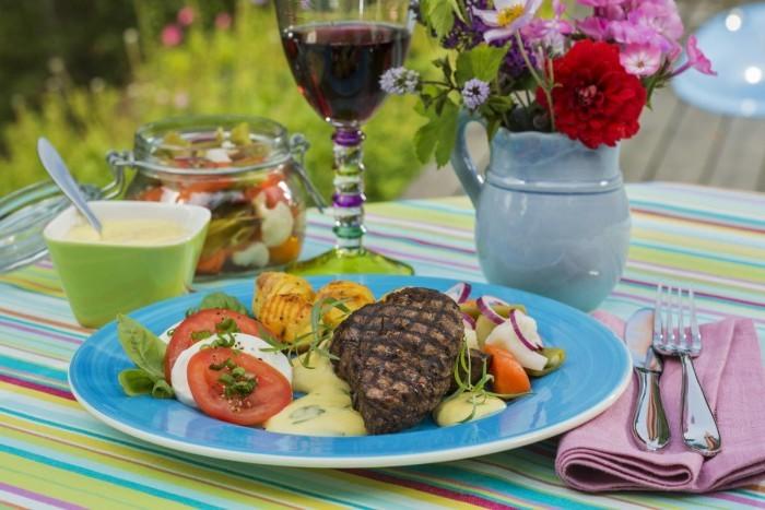 Rödvinsmarinerad rostas & bearnaisesås. Picklade grönsaker och tomatsallad