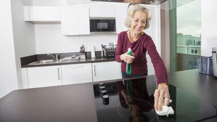 En skinande ren spishäll gör mycket mycket för helhetsintrycket, speciellt i ett litet kök. Bild: IBL Bildbyrå