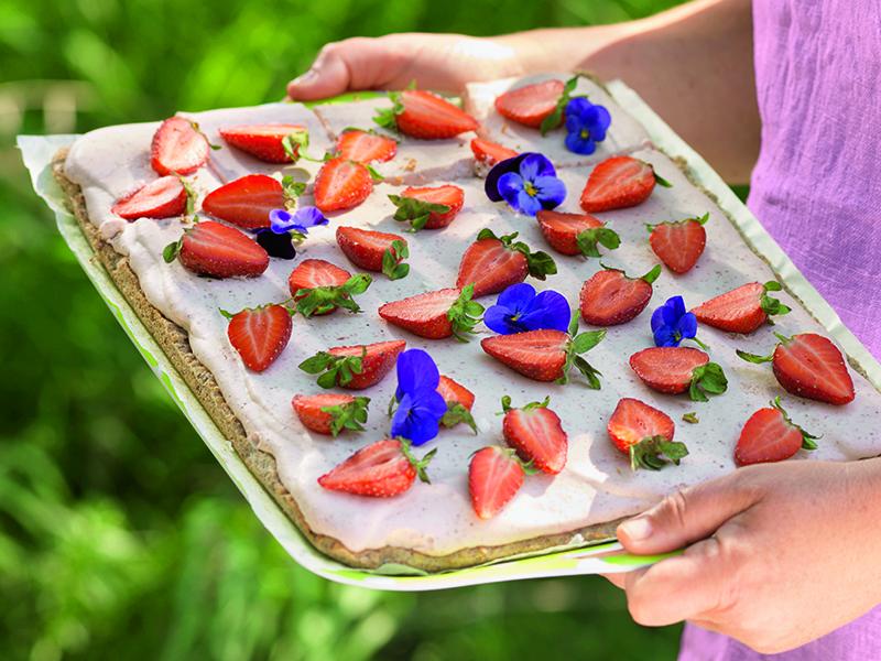 Nötmarängtårta med jordgubbsmousse