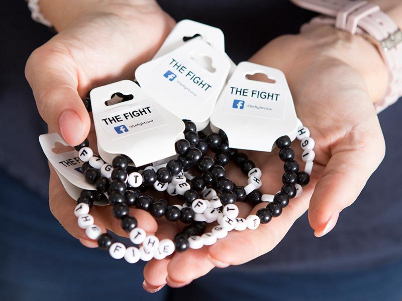 Mattias och Cissi har skapat armband där alla intäkter oavkortat går till nätverket för SMA-patienter.