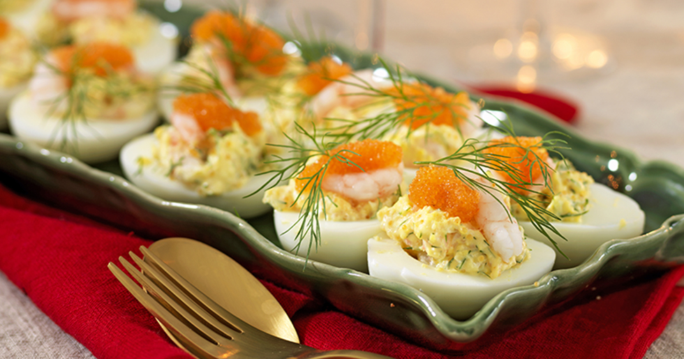 Fyllda ägghalvor med räkor och rom