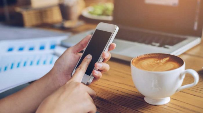 Vi tittar ofta på mobilen på jobbet. Bild: IBL