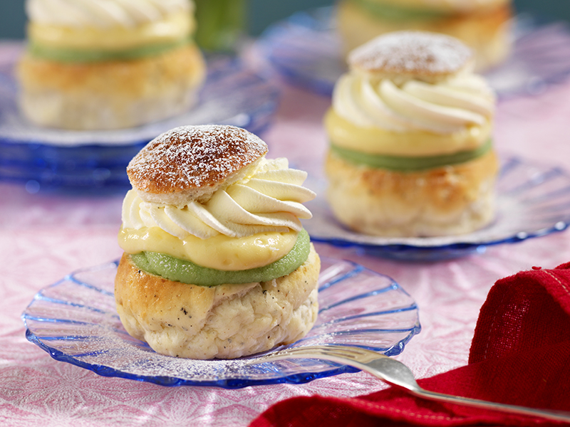 Glutenfria semlor med vaniljkräm