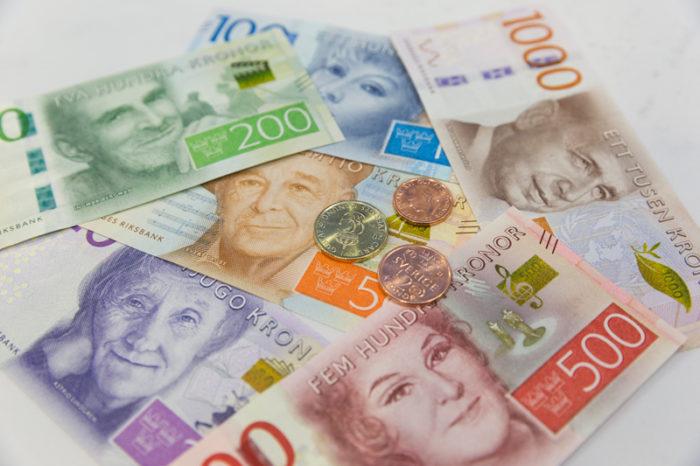 De nya sedlarna och mynten som introducerades 2015 och 2016.