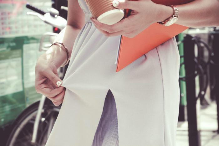 Tefläck på kvinnas klädesplagg.