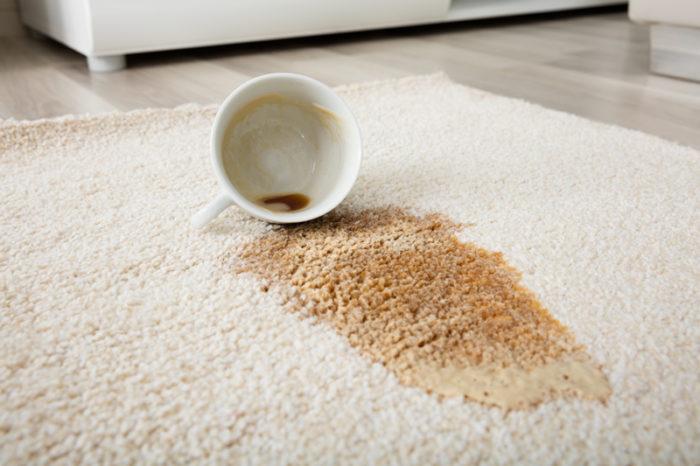Utspilld tekopp på matta.