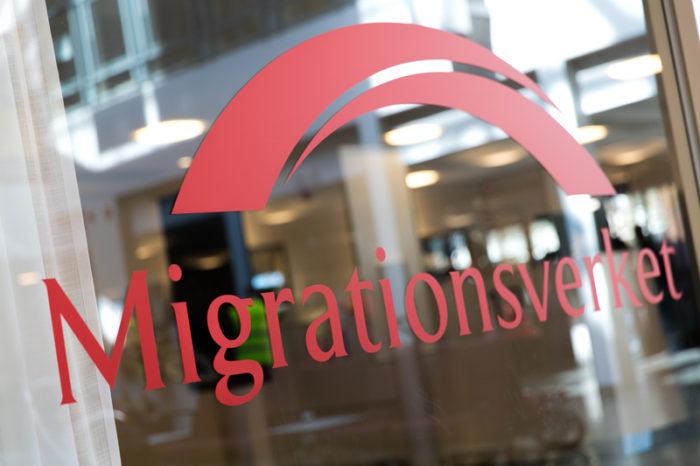 Migrationsverkets logga på ett fönster.