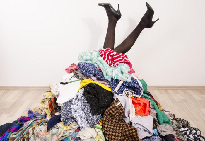 Att dela upp kläderna du har rensat ut från din garderob i olika högar är bra för att få lite struktur.