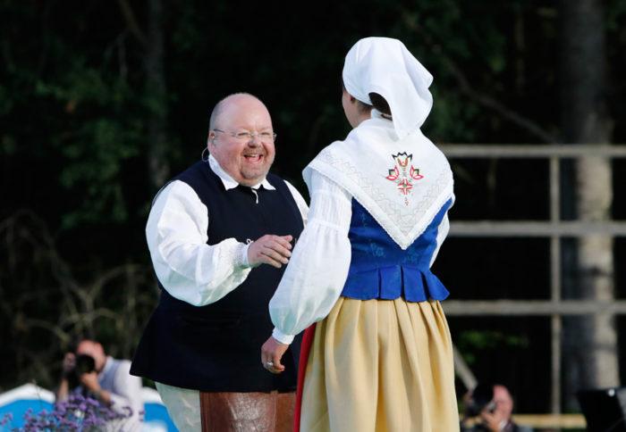 Kalle Moraeus och kronprinsessan Victoria med ryggen mot kameran i samband med Victoriadagen på Öland 2017.
