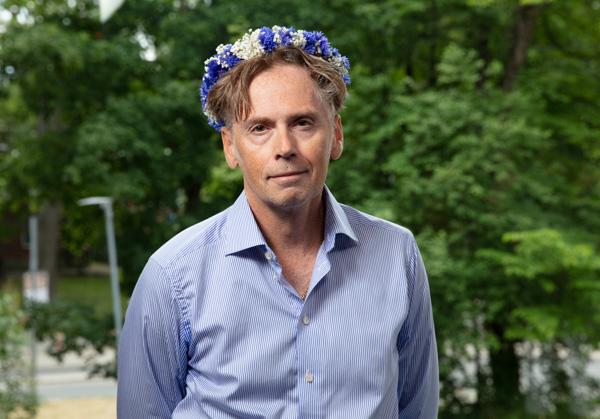 Ebba Stefansdotter Åkerlunds pappa klädd i blomkrans i samband med Sommar i P1.