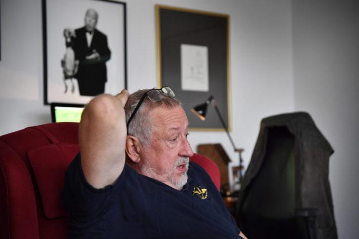 Leif GW Persson sitter i en fåtölj i sitt hem i september 2017.