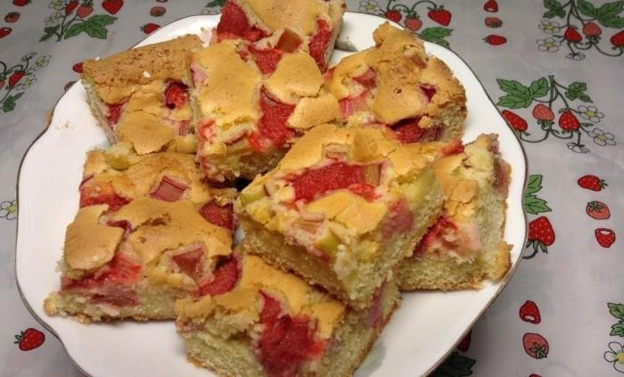 Rabarberkaka i långpanna med jordgubbar
