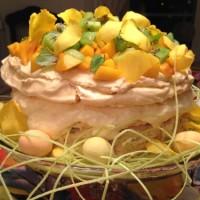 Festligaste påskdesserten - marängtårta med mangomousse och exotiska frukter