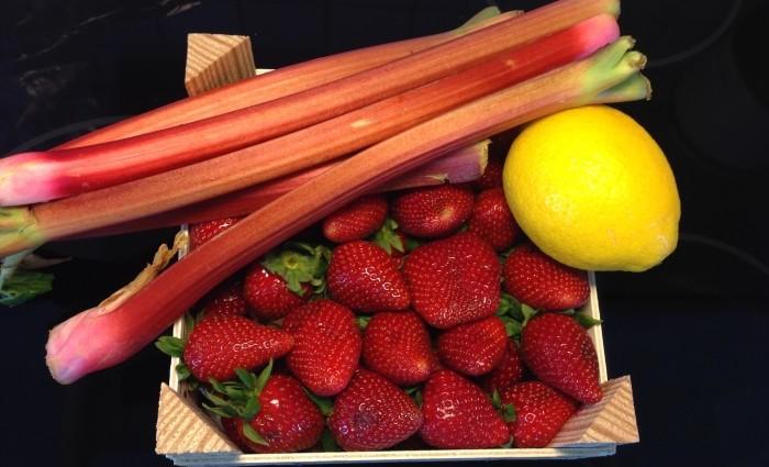 Rabarberkaka med jordgubbar och citron i långpanna