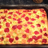 Långpannekaka med rabarber, jordgubbar och citron