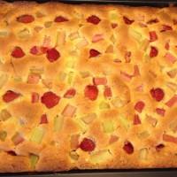 Långpannakaka med rabarber, jordgubbar och citron