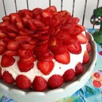 Tårta med rabarbermousse, lemoncurd och fläderblomsgrädde