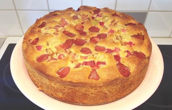 Långpannekaka med rabarber och jordgubbar