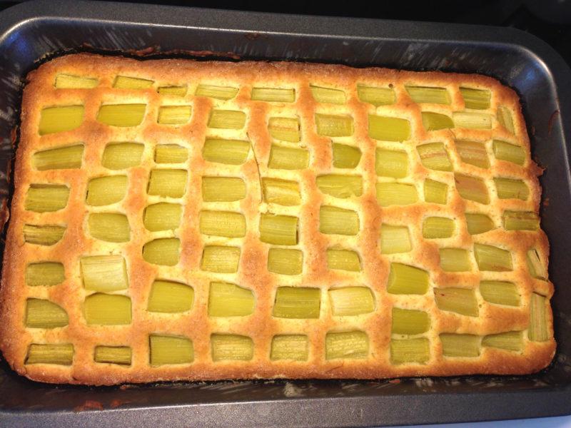 Festlig rabarberkaka med marängtäcke i långpanna