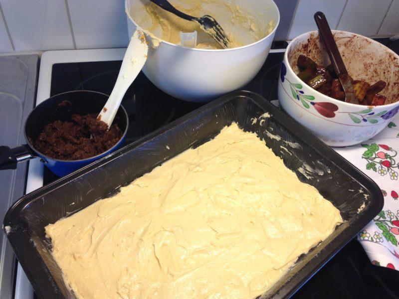 Långpannekaka med rabarber, kanel och kardemumma