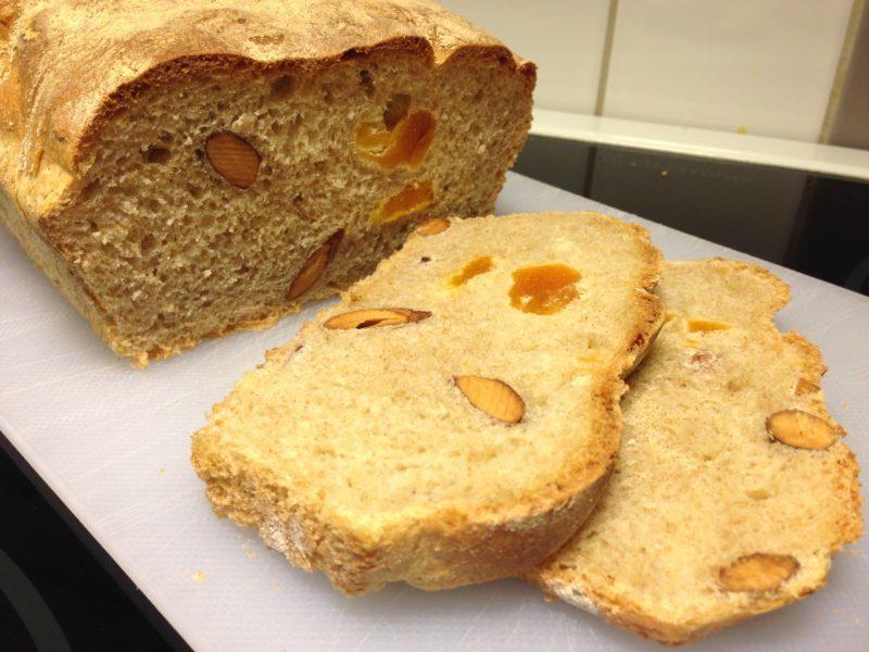 Dinkelbröd med aprikoser och mandel i långpanna