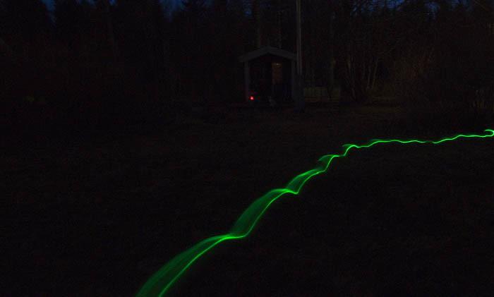 Precis så här såg det ut i min trädgård under manifestationen. Det gröna strecket är ljusspåren efter mig och mitt lysande halsband. Om du ser en röd prick som lyser, så är det en ful tomte med solcellslampa.