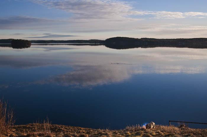 Visst är väl det här stiligare utsikt jämförelse med ett svart hål? Du ser en Vaira, en sjö och några öar. För att inte tala om Östergötland på andra sidan sjön. Det är så mycket bättre än vad det var under Earth Hour igår.