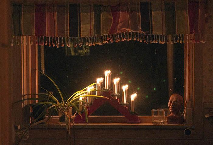 I lilla köksfönstret var en adventsstake placerad. Det stod där för att sprida ljus, så fluglorten på fönsterglaset skulle synas även kvällstid. Nu syns spåren efter de lortaktiga insekterna bara på dagarna.