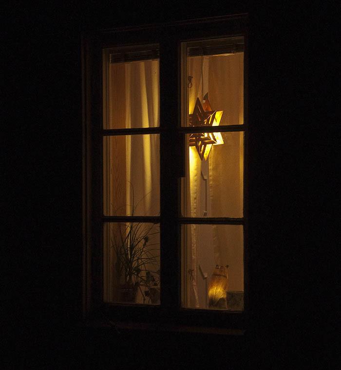 Slut på trivselljuset blir det för mina grannar. Stjärnan är släckt och bortstuvad. Nu får grannarna bara titta på det svarta fönstret. Så kan det gå när julen tar slut.