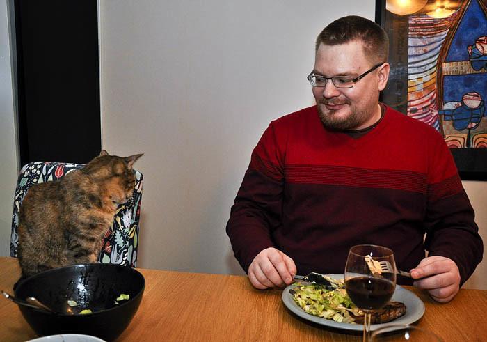 Lucy satt alltid på bordet, när min Per åt sin middag. Hon fick smaka också. Min Per lät mig smaka också, när jag var där. Han var så snäll.