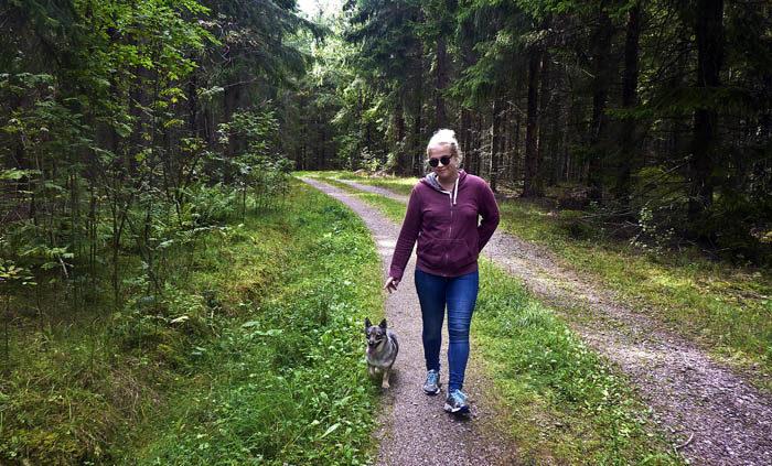 Precis så här kan det se ut när jag är ute och går. Det är min Agnes och jag som tar en stärkande skogspromenad. Min husse var med också, men han håller i kameran.