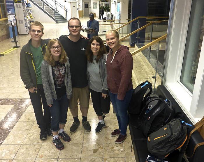 Hela min familj, utom min husse. Du ser min Evan, min Emily, min David (som är min husses son), min Stephanie och så min Agnes (som är min husses dotter). Det är precis innan de går på flygplanet som ska ta dem till Amsterdam, där det ska ta Seattleplanet. De är hemma nu, så resan gick bra.