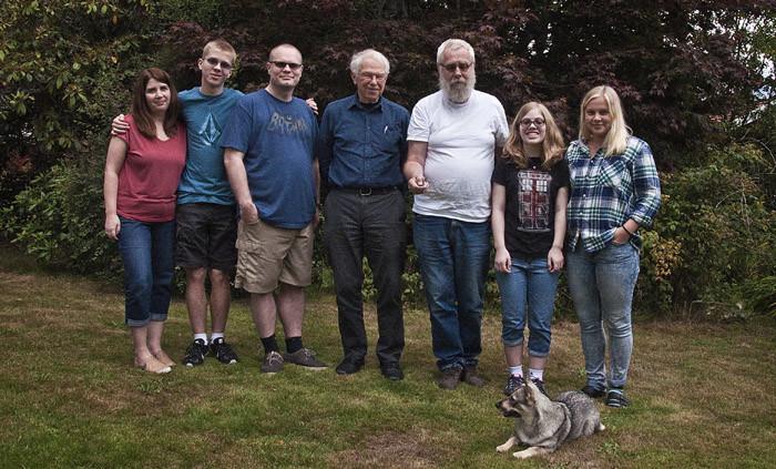 Här är delar av släkten. Du ser Stephanie, Evan, David, Eric, min husse, Emily och Agnes. Framför alla ligger jag Vaira.