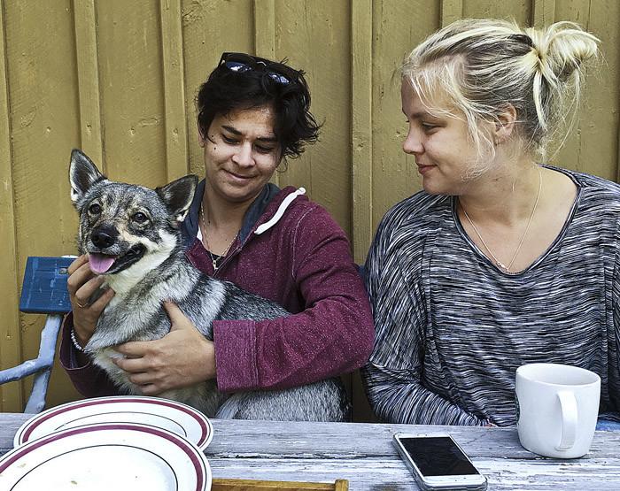 Sabrina och Agnes var de första som kom för att trösta mig. Jag fick sitta i Sabrinas knä vid matbordet.