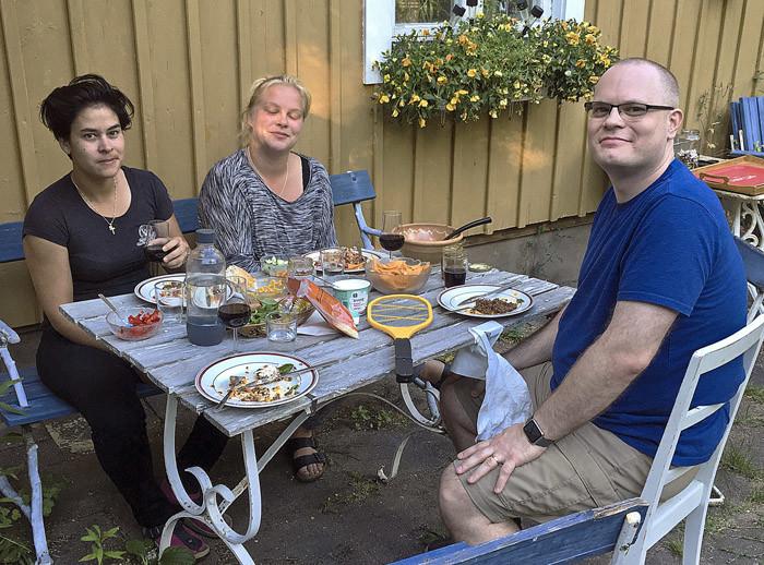 Nu har min David kommit. Eftersom han bor i Seattle, så bjöd vi på den traditionella svenska nationalrätten tacos. Sabrina och Agnes tyckte också om tacos, för de bor i Frankrike.