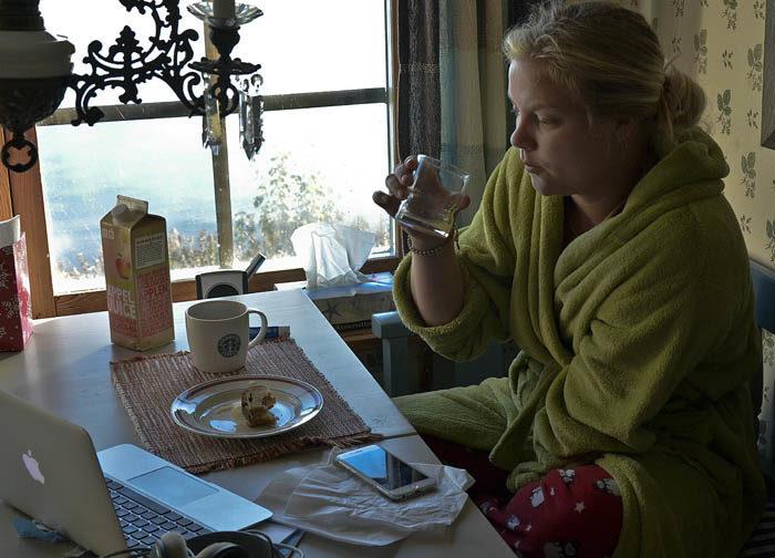 ENSAM När jag kom en hittade jag en Agnes, min Agnes, sittande i soffan vid matbordet. Hon satt alldeles ensam och inmundigade sin frukost bestående av juice, kaffe och smörgåsar. Nu är vi två ensamma här hemma.