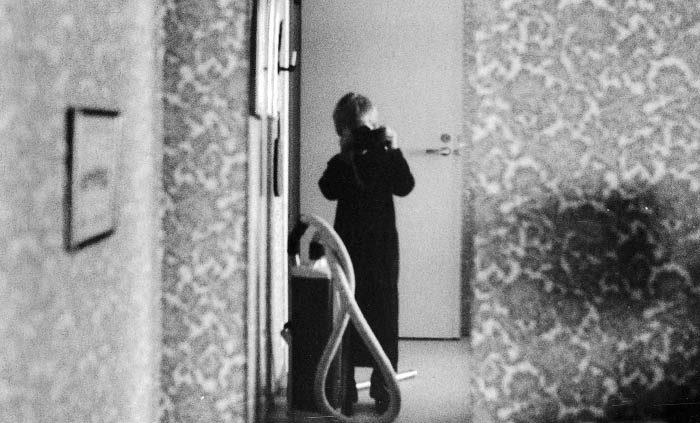En dag när min Per var sjuk och var hos sin farfar och farmor, så tog han detta självporträtt i en spegel. En tidig selfie. Det var lite mörkt i hallen, så bilden är lite suddig.