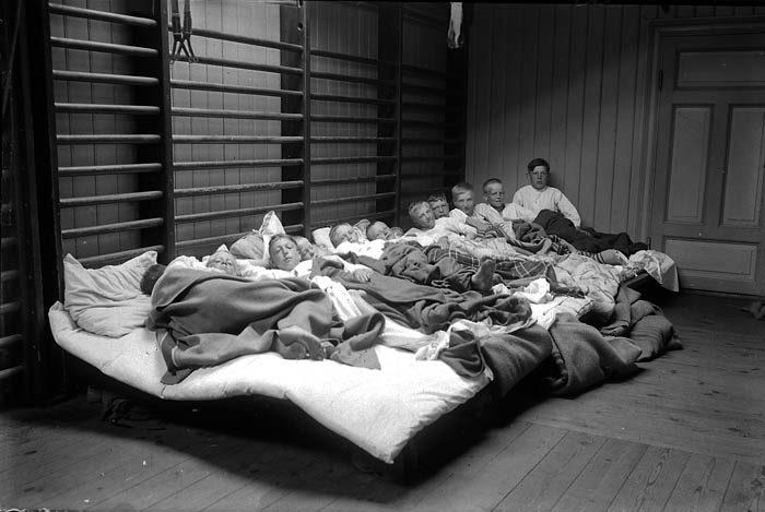 När min husses farfar tog sina skolbarn på en skolresa, så fick de övernatta i en gymnastiksal någonstans. En rolig bild att ha idag, särskilt med tanke på att den är ungefär 100 år gammal. Skulle den vara tillåten idag?