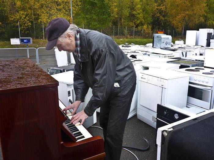 Ett gammalt ratat piano hade hittat vägen till soptippen. Den här farbrodern hade hittat pianot. Han var jätteduktig att spela på det, så alla på soptippen blev glada. Dessutom var pianot ganska stämt, när det gav sin sista konsert.