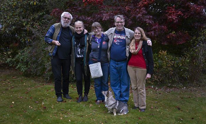 Den obligatoriska bilden innan alla ger sig av hemåt. Du ser min husse, min Agnes, Astrid, Lars och Eloise. Främst av alla sitter jag och håller ordning på min husse. Det är nödvändigt.