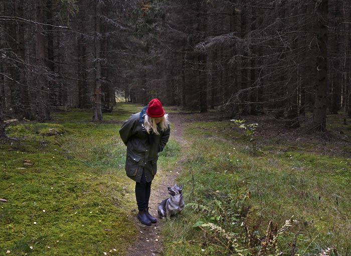 Så var det då bara min Agnes och jag kvar. Min kameraman också förstås, men han kan man ju inte räkna med. Vi har redan varit ute och språkat i skogen idag, min Agnes och jag, Hoppas hon flyttar hit nu.
