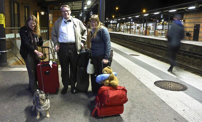 Allihop samlar oss efter vi har gått under järnvägen i Linköping. Ser du tåget i bakgrunden? Det är det försenade tåget alla kom med. Eloise kan inte slita ögonen från mig, men Lars och Astrid vet hur man ska fotograferas.